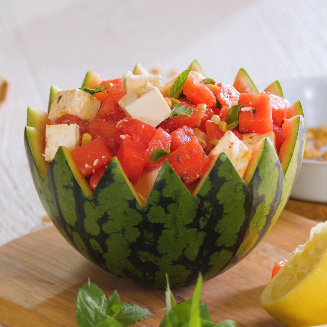 Wassermelone und Feta – das passt zusammen? Ja, und wie! Der Wassermelonensalat ist unser erfrischendes Highlight für den Sommer.  Zutatenliste  1500 g  Wassermelone 300 g  Fetakäse 35 g Pinienkerne 1 Zitrone 2 TL Maggi Gartengemüse Bouillon (im Glas) 2 EL kochendes Wasser 1 TL Honig, flüssig 3 TL THOMY Milde Sonne & Olive Öl 5 Stängel Minze Salz und Pfeffer