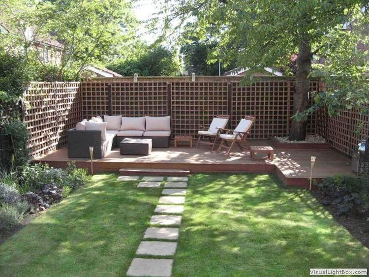 Mooi houten terras achteraan tuin witte tuin