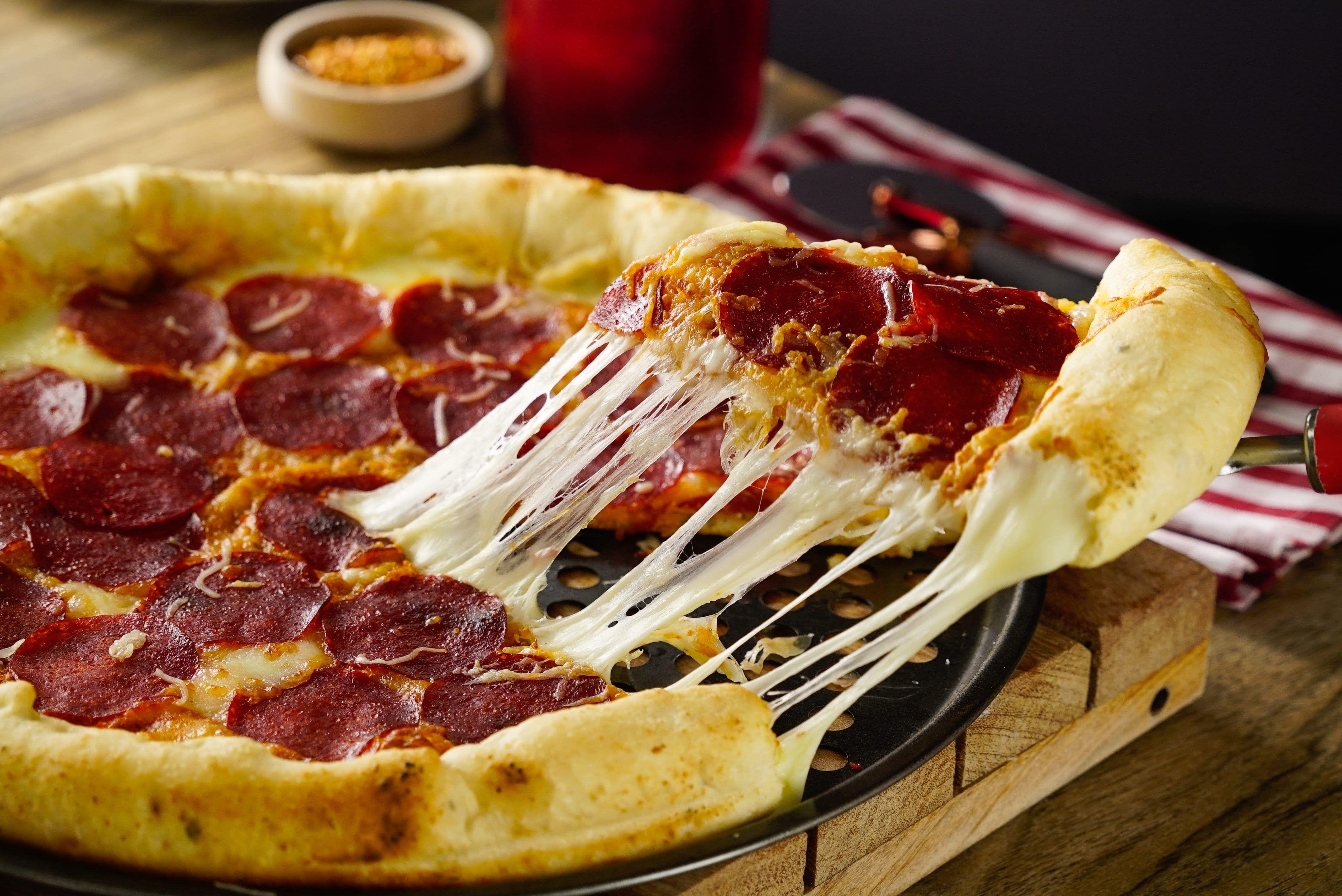 Pizza De Pepperoni Con Orilla De Queso Receta Recetas De Pizza