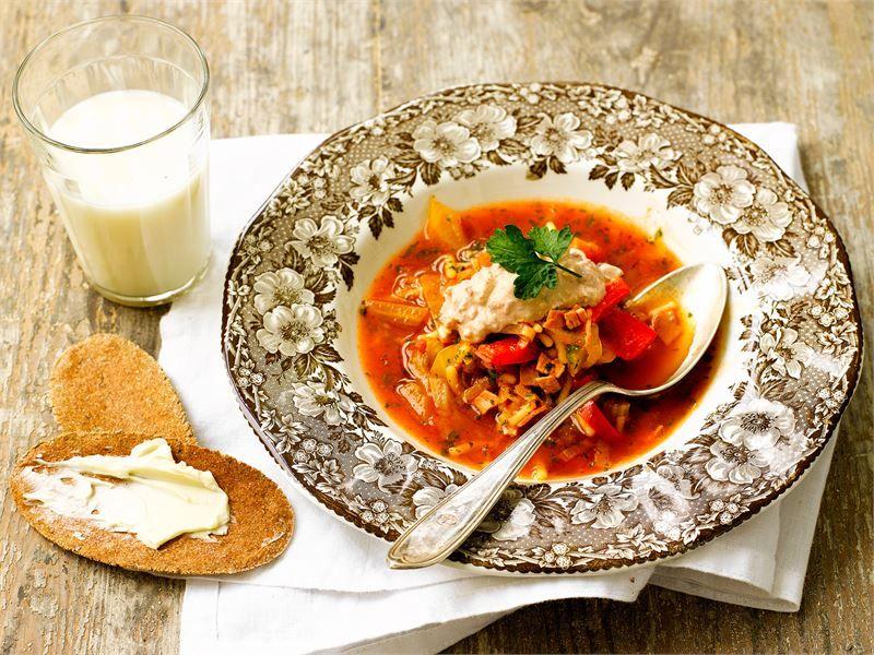 Aromikas ja runsaasti kasviksia sisältävä keitto on maukasta ja maut sen kun paranevat säilytyksen myötä. Maustetun raejuuston kanssa tarjottavan keiton kannattaakin antaa tekeytyä hetki ennen tarjoamista.