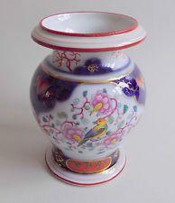 Bayeux. Vase en porcelaine à décor d'oiseaux et de médaillons, XIXe siècle