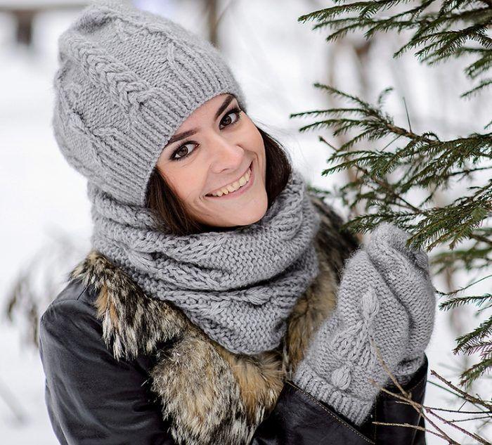 Серый комплект - шапка, снуд и варежки спицами: фото ...