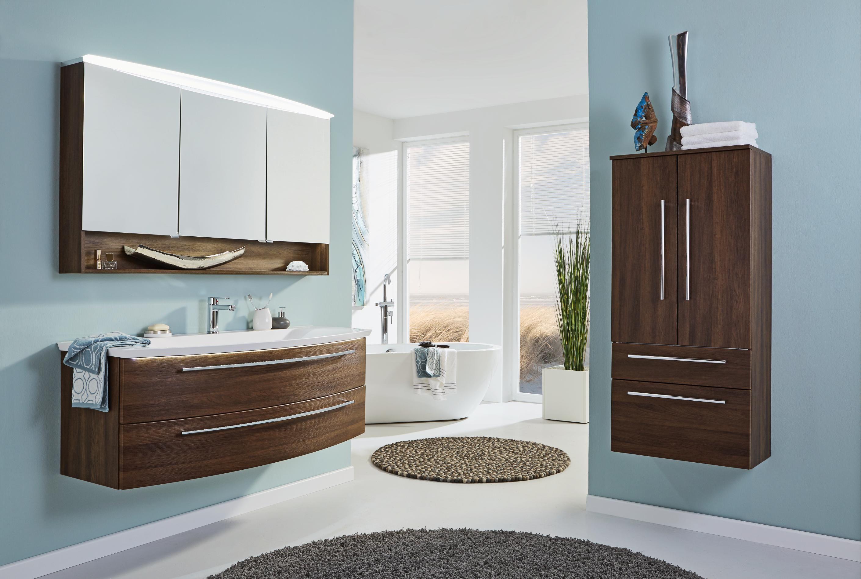 Geschmackvolles Badezimmer von DIETER KNOLL mit praktischer Beleuchtung
