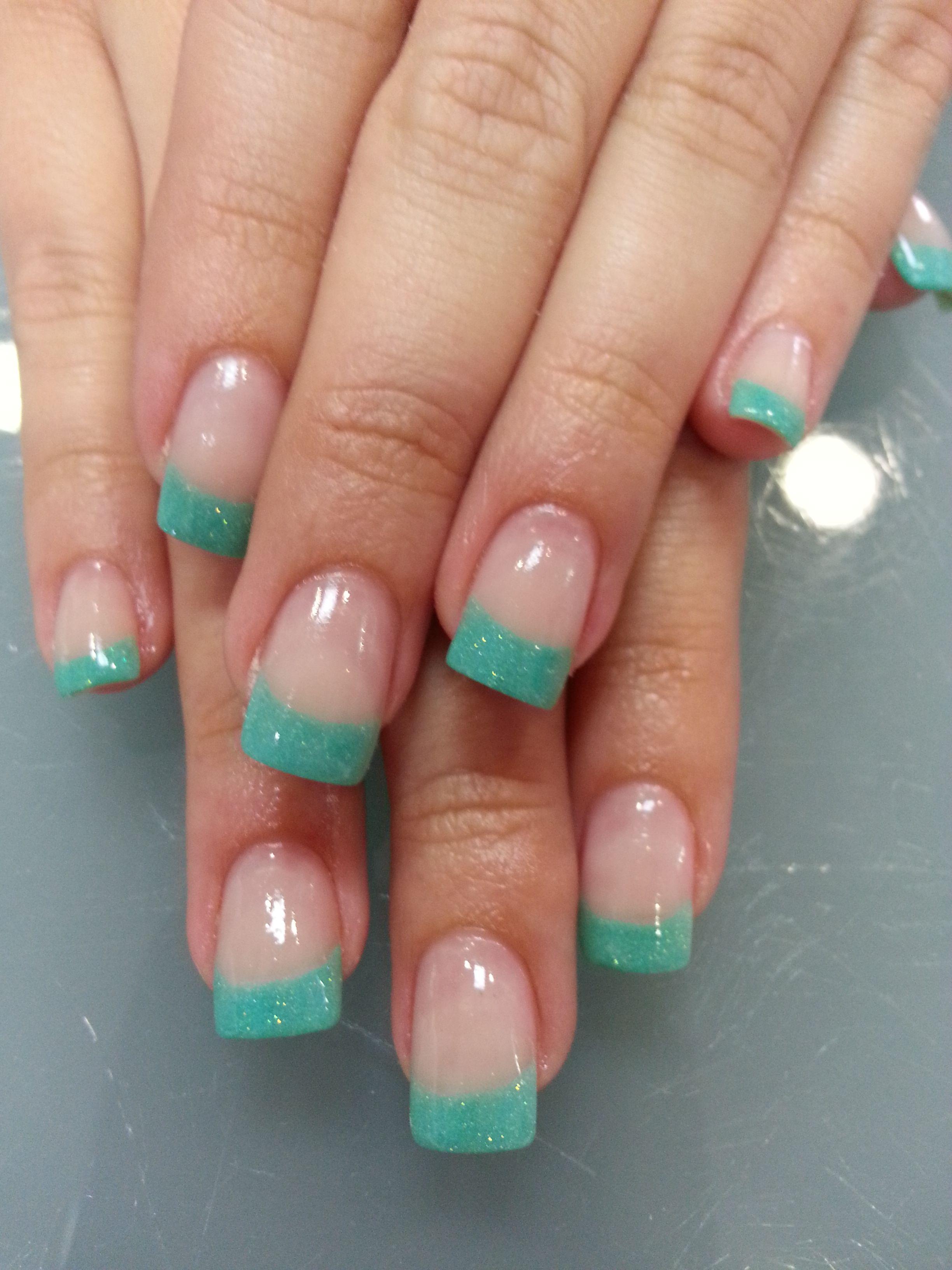 Uñas acrílicas decoradas con manicura francesa en tono turquesa Más  trabajos en http//