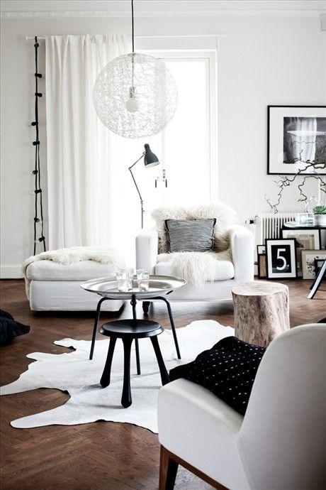 Suzie Skonahem Chic White Living Room With White Cowhide Rug Black Tripod Stool Table Wohnzimmereinrichtung Wohnen Wohnung