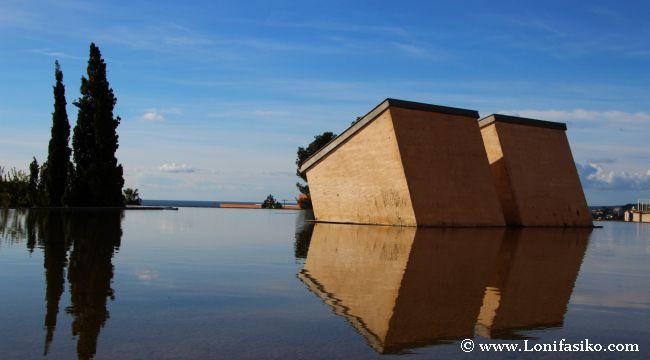 el edificio del arquitecto rafael moneo se funde con el azul mediterrneo