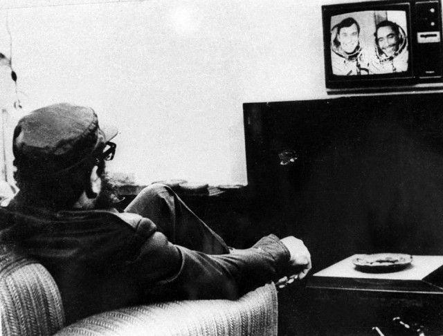 Fidel Castro viendo en la TV al cosmonauta cubano Arnaldo Tamayo Méndez y al cosmonauta soviético Yuri Romanenko (fuente). Arnaldo Tamayo, el 18 de septiembre de 1980 llevó a cabo el histórico vuelo al espacio del primer americano no estadounidense, en compañía de Yuri Romanenko. Tamayo fue condecorado con la medalla medalla de Héroe de la República de Cuba y en la URSS recibió los galardones de la Orden de Lenin y el de Héroe de la Unión Soviética.