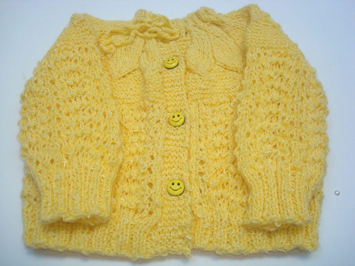 casaquinho de bebe feito a mao de trico. detalhe   pala trabalhada em  folhas. cor amarelo. material fio de lã tamanho  6 meses. 08c18ef0ea1