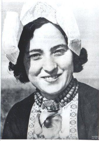 Marie Stroek, geboren op 01-04-1923 te Volendam, overleden 19-09-2003. ca 1950 #NoordHolland #Volendam