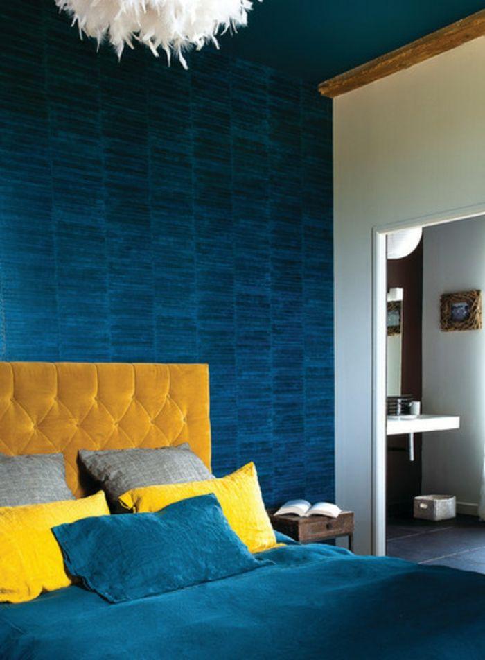 mur bleu canard, chambre à coucher en bleu et jaune, plafonnier ...