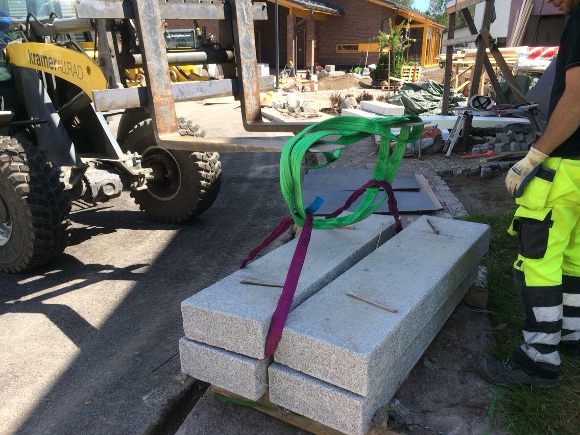 Graniittiset porraskivet valmiina asennusta varten. http://www.rudus.fi/pihakivet