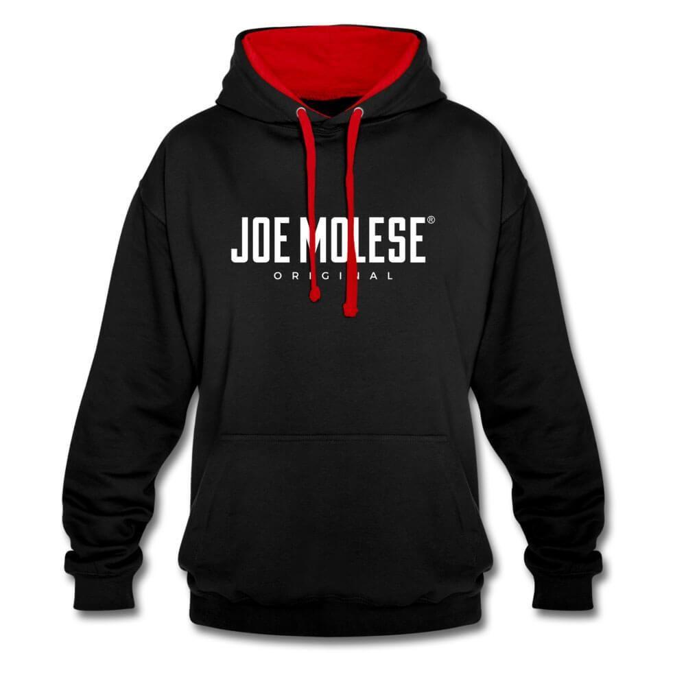 JOE MOLESE Logo Hoodie Kapuzenpullover für Herren Produktdetails Klassischer Streetstyle Hoodie. Unser JOE MOLESE Logo auf einem Kapuzenpulli geht einfach immer und macht diesen Hoodie zum perfekten Allrounder. Gemütlicher Kapuzenpullover ideal zum trainieren oder als Fashion Piece an kalten Tagen! Das Kapuzensweatshirt überzeugt aber auch durch seine sportlich legere Optik, die durch den praktischen Kordelzug an der Kapuze und die praktische Kängurutasche auf dem Vorderteil unterstrichen wird.