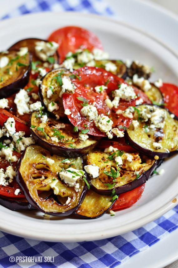 Salat mit Tomaten und gegrillten Auberginen