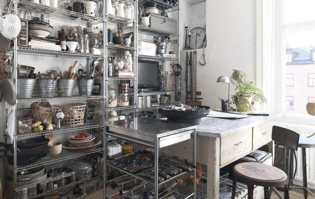 Scaffali in metallo sulla parete di una cucina - IKEA   kitchen nel ...