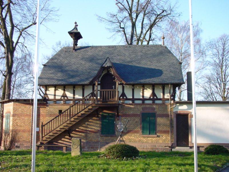 Schönes, renoviertes Fährhaus in Gernsheim. Schieferdacheindeckung durch den Sascha Gerner Dachdeckermeisterbetrieb GmbH in Riedstadt (64560) | Dachdecker.com