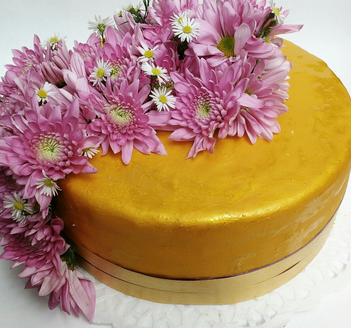 Torta ron pasas y almendras con flores naturales