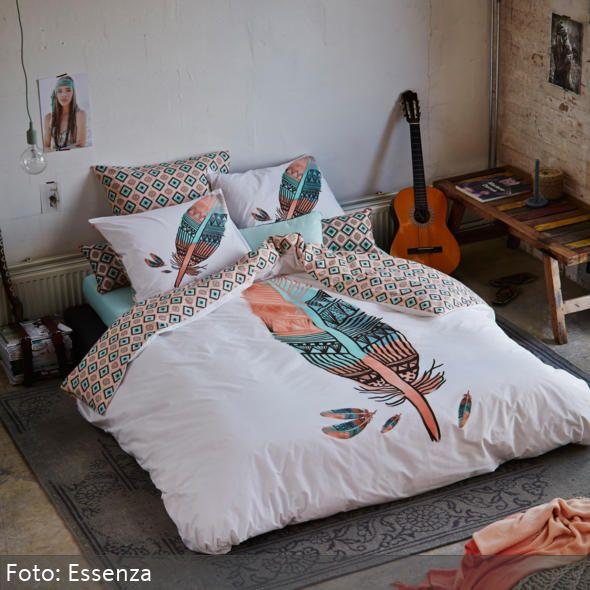 Die Bettwäsche Mit Federmotiv Auf Dem Tiefergelegenen Futonbett