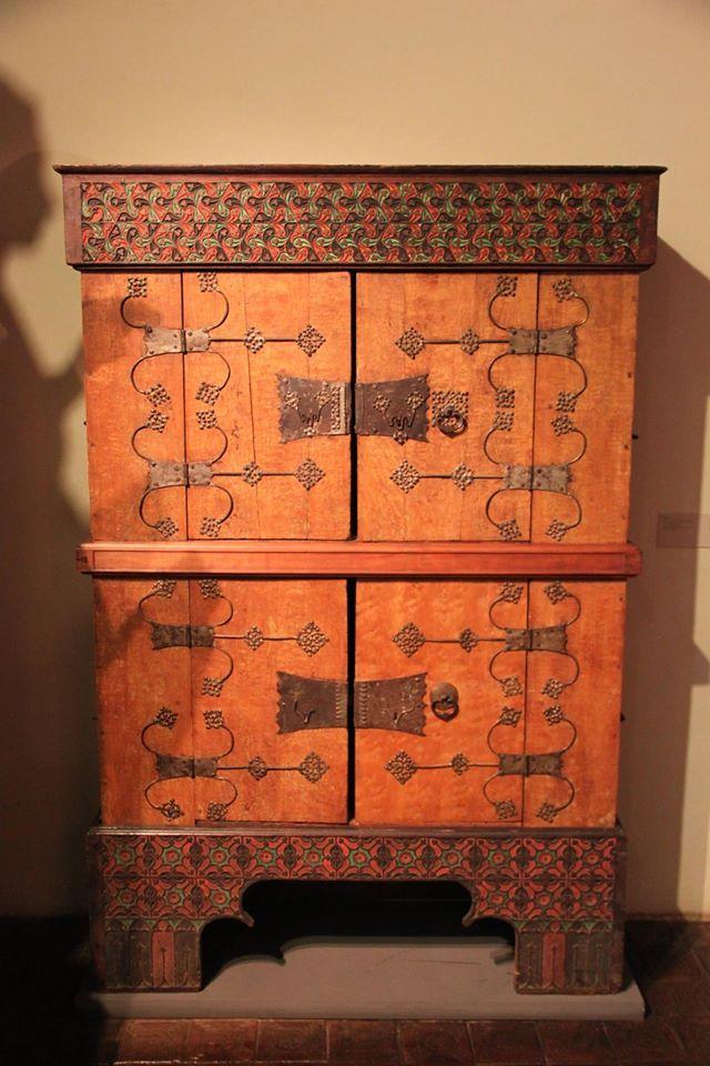 Bayrisches Nationalmuseum Munchen Schrank Bayern 2 Halfte 15 Jahrhundert Eiche Mit Maseresche Linde Medieval Furniture Medieval Decor