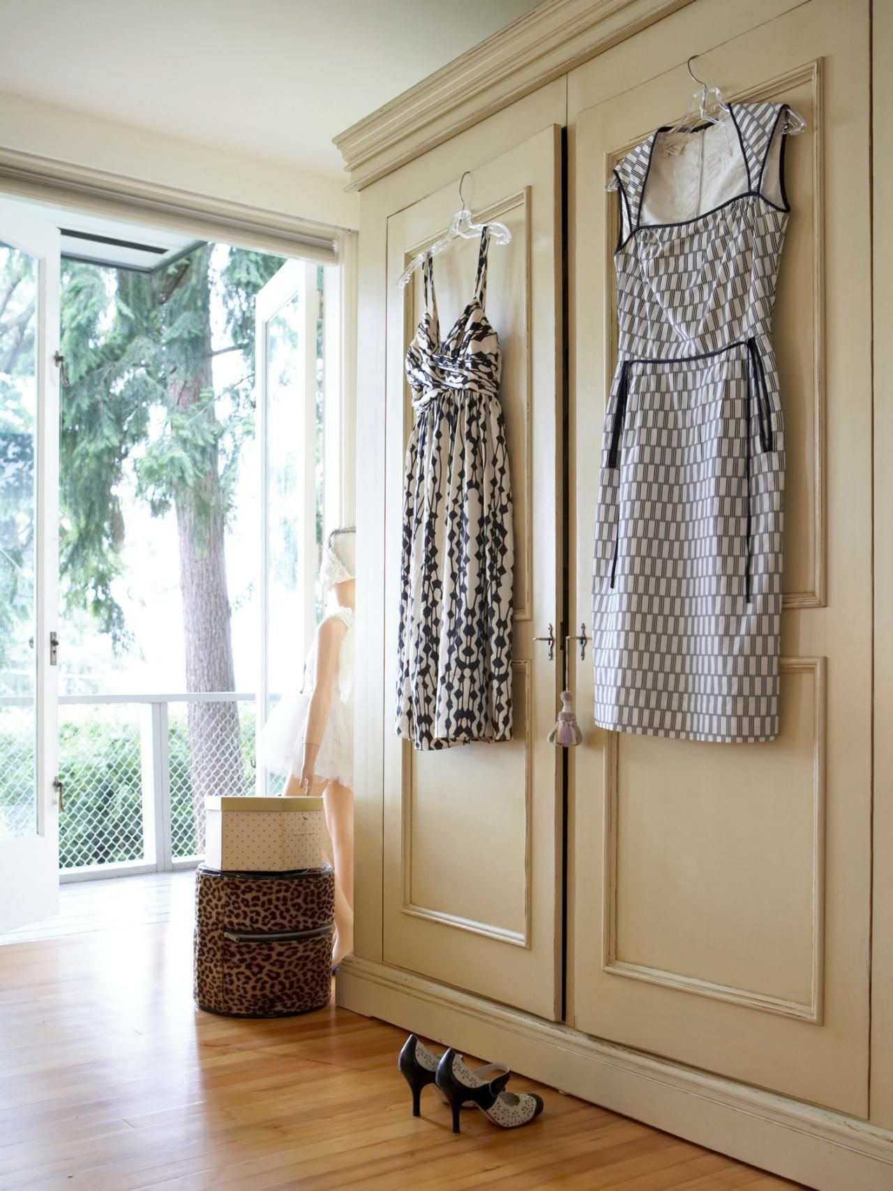 Use Glue Paint Or Paper Draw Cartoons To Add Some Theatrical Touches Place Your Closet Doors Center Stage Description From Homeguides Sfgate