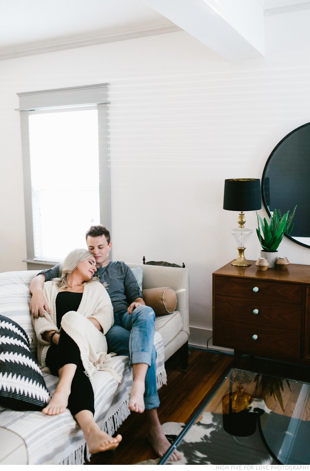 7 Intimate & Cozy Home Engagement Photos engagement shoot ...