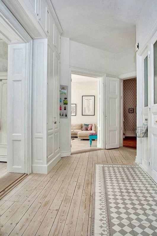 Holz Und Fliesen In Perfekter Kombination. Eingangsbereich Mit Fliesen,  Flur Dann Mit Holz.