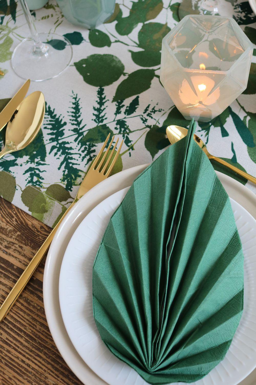 serviettes pli es en forme de feuilles pinterest pliage de serviettes jungle et pliage. Black Bedroom Furniture Sets. Home Design Ideas