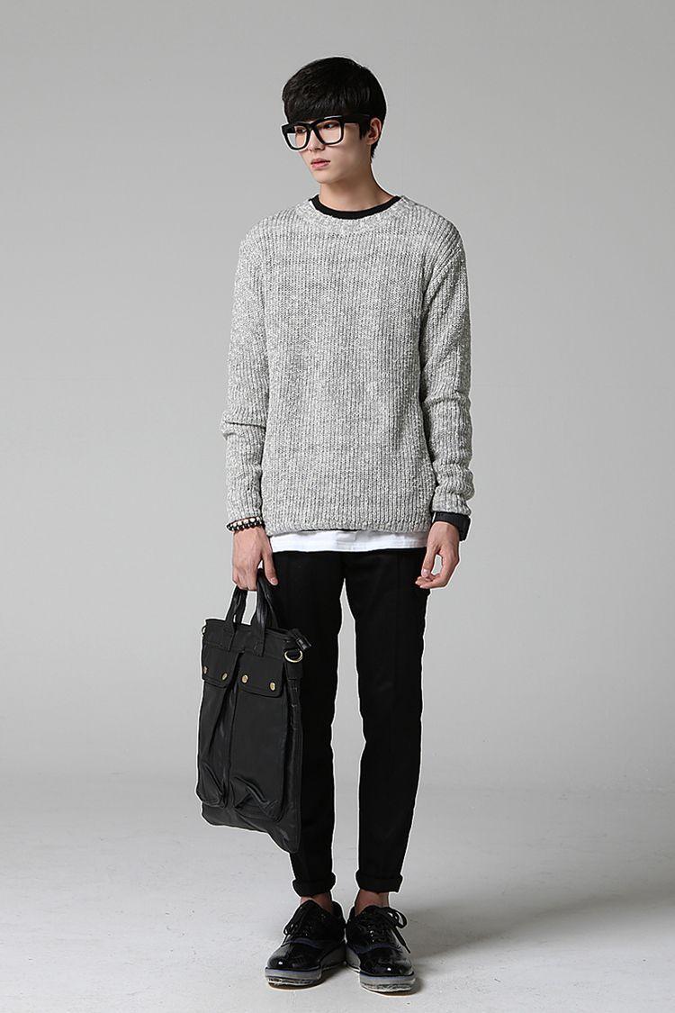 Suéter tem que cair no corpo certinho e o resto do look tem que ser mais