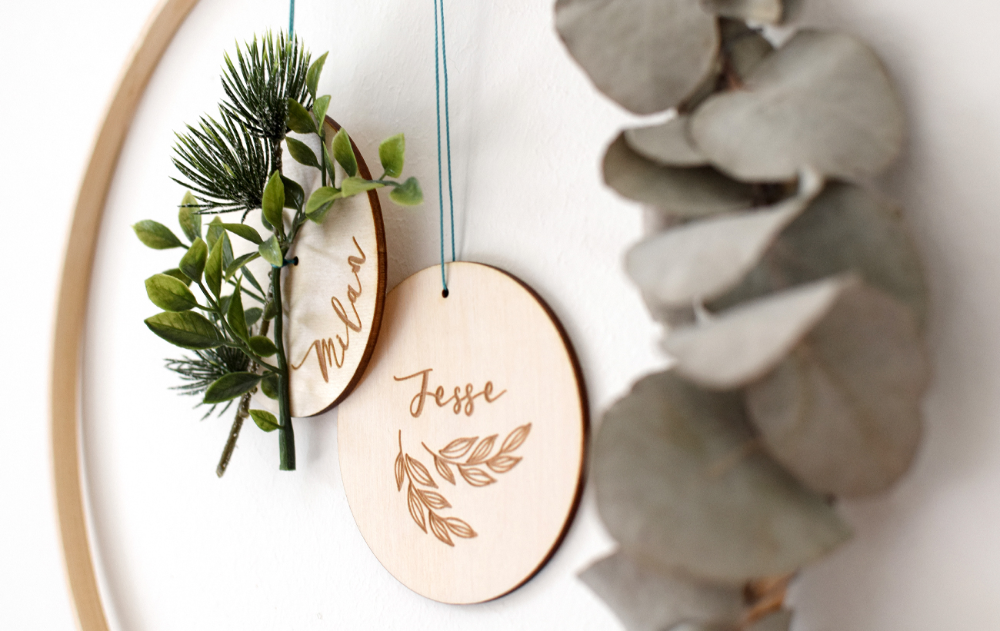 Maak deze kerst extra persoonlijk met deze houten hangers met gegraveerde naam! #kerstboomversieringen2019