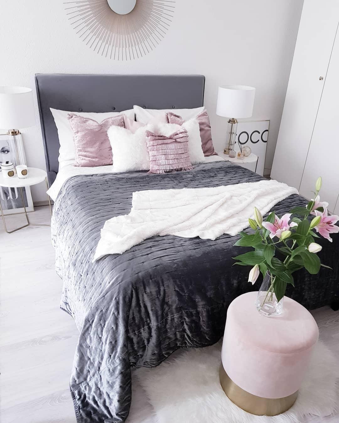 Glam Vibes In Diesem Eleganten Schlafzimmer Stimmt Jedes Detail Einzigartige Textilien Frische Blumen Innenarchitektur Schlafzimmer Schlafzimmer Bett Zimmer