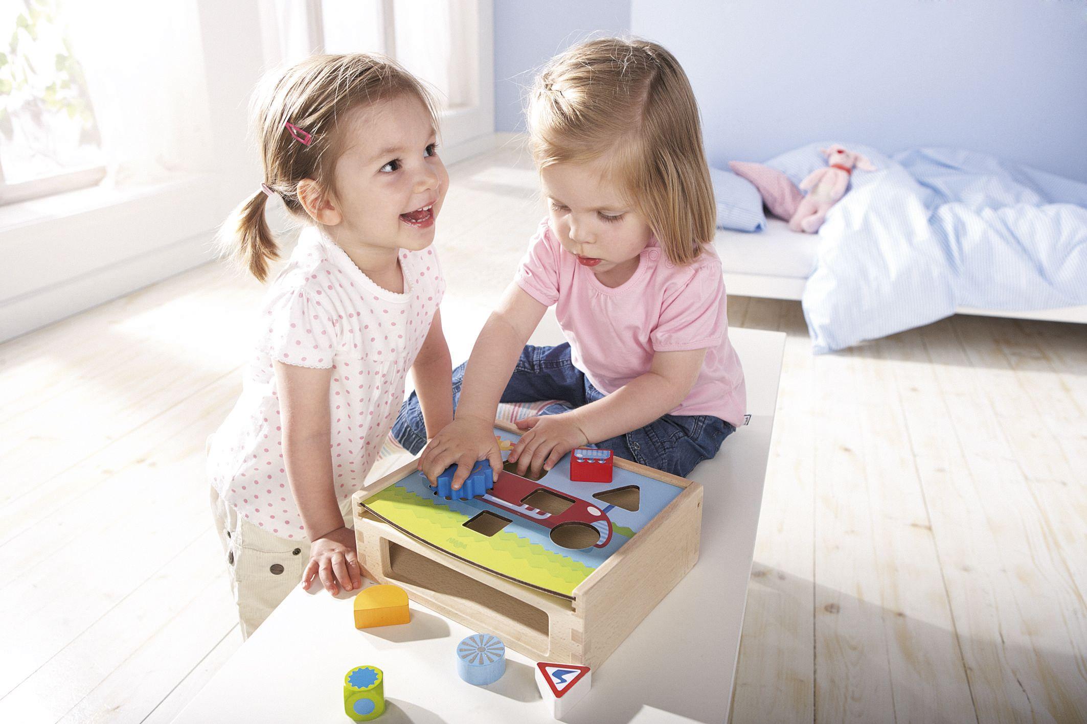 """Sortierbox """"Flotte Flitzer"""" - Was passt wo? Diese Sortierbox ist toll für alle, die flotte Flitzer mögen. Die Kinder können die Holzsteine durch die passenden Löcher stecken, die Farben zuordnen und viele Details entdecken. Das Würfelspiel fördert das Erkennen von Formen und bringt zusätzlichen Spielspaß! (Artikelnummer 5673)"""