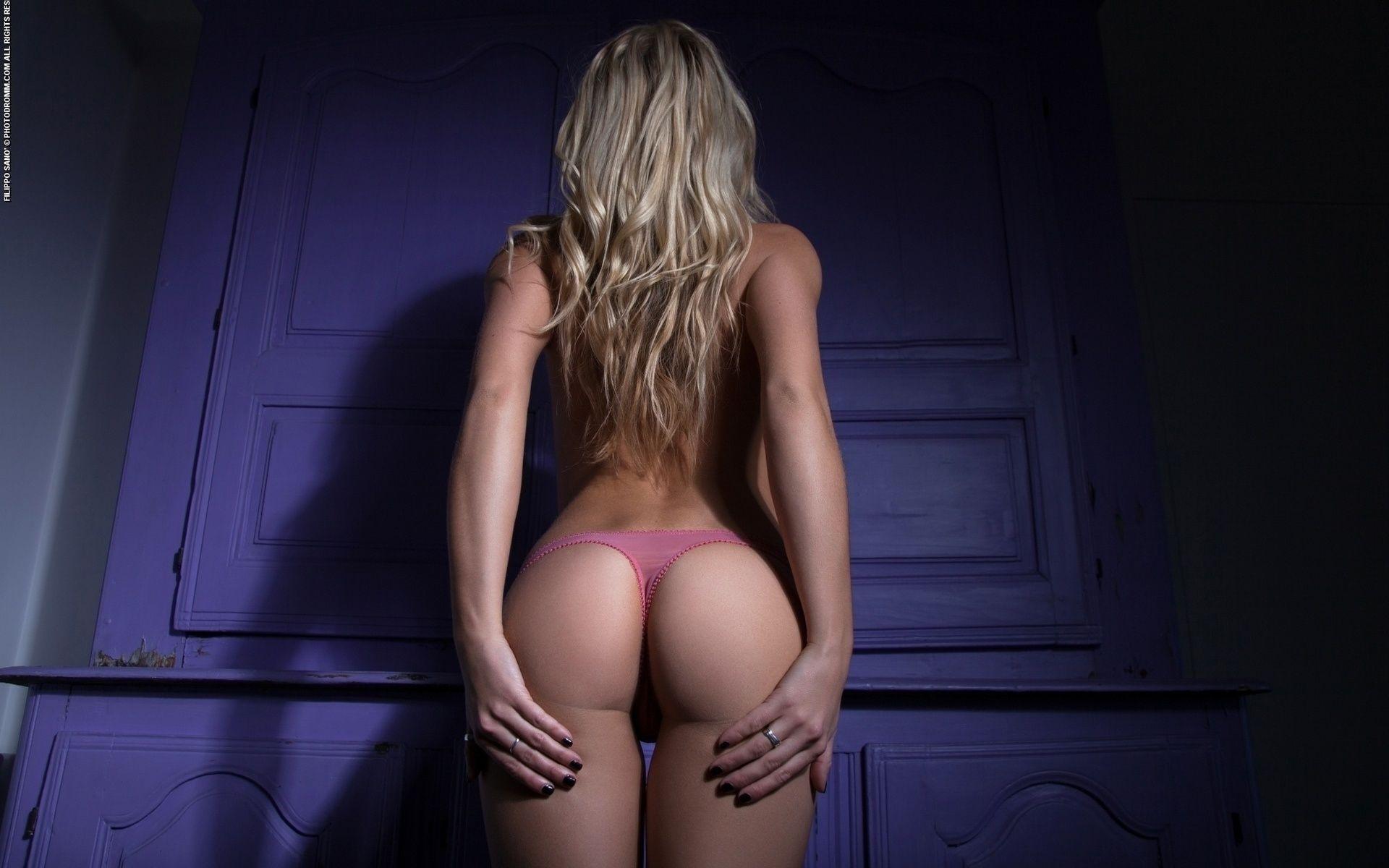 Блондинки с упругими попками в стрингах — 9