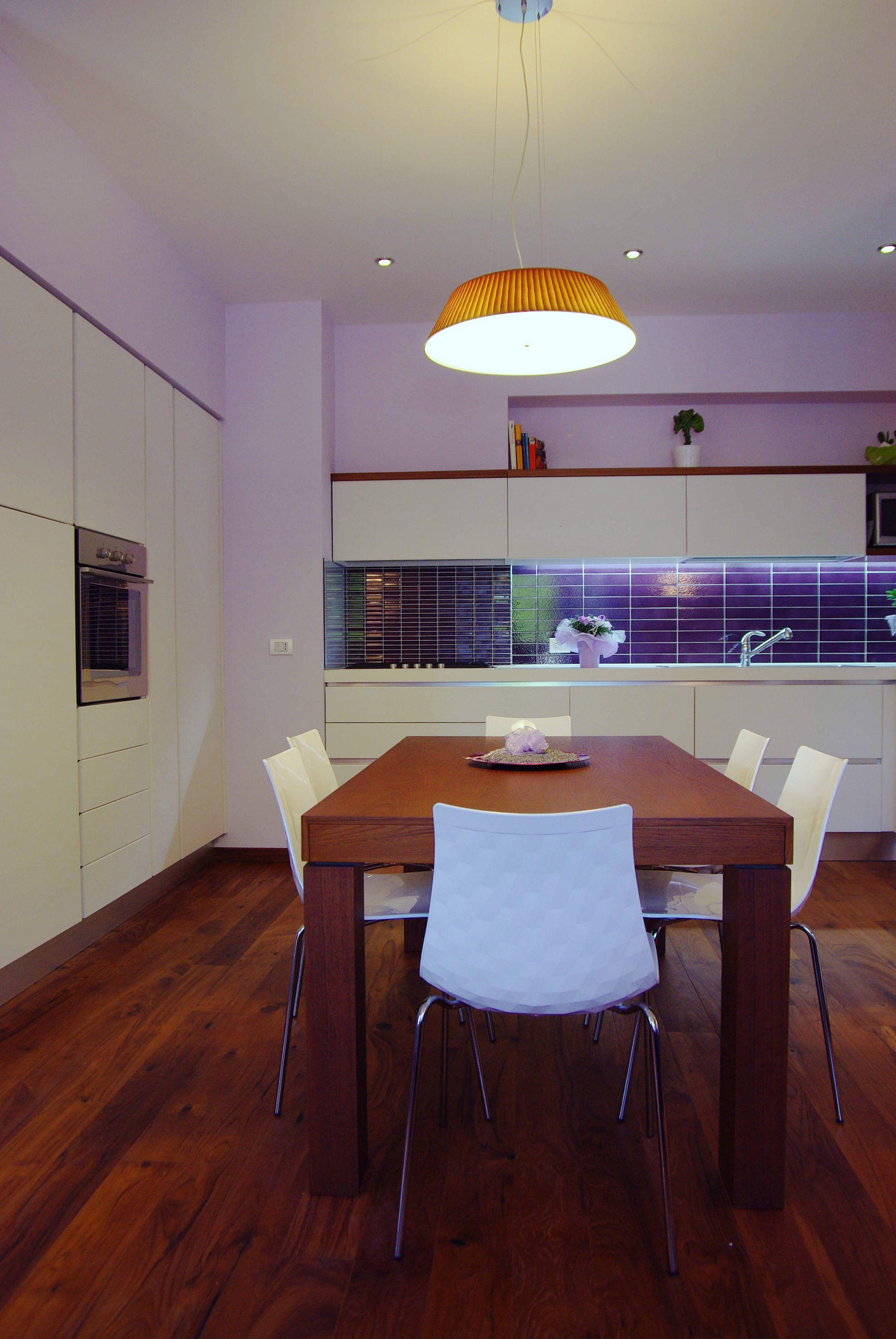 Cucina abitabile laccato bianco latte e tavolo in legno ...