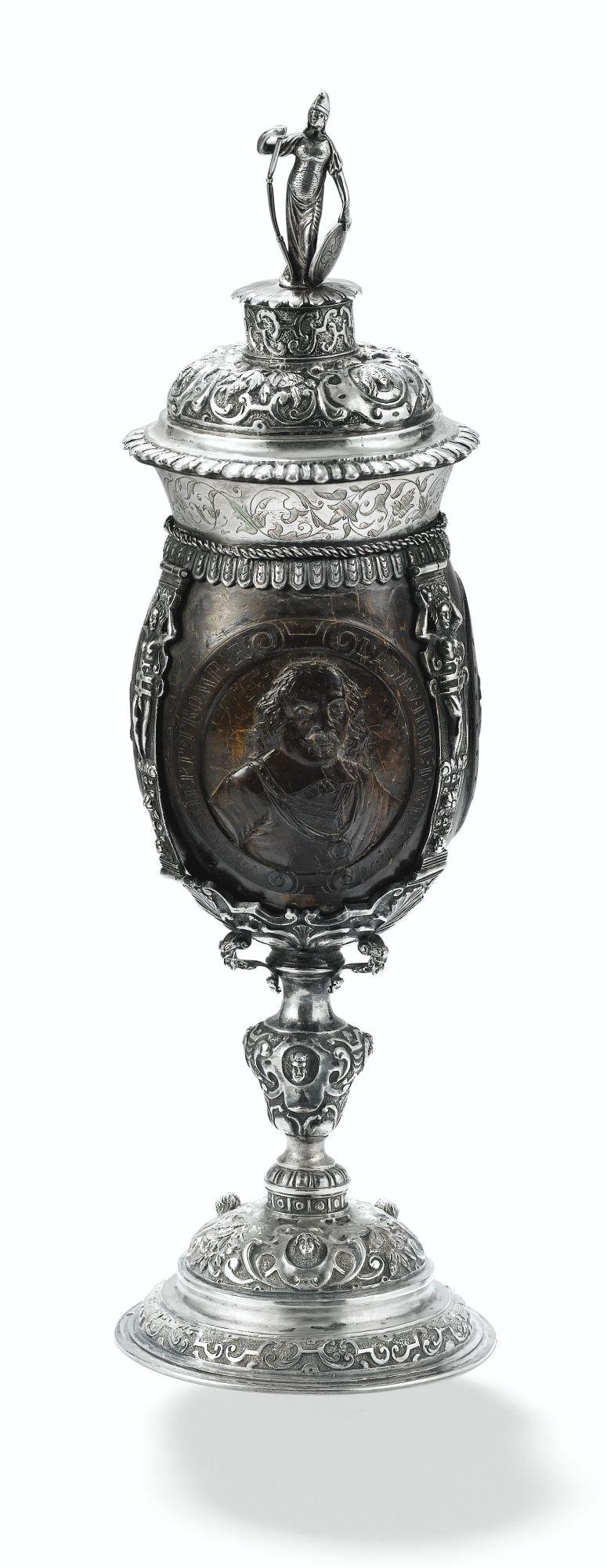 Noix de coco couverte montée en argent par A.J.H. de Ruijter, Amsterdam, vers 1880 http://www.sothebys.com/en/auctions/ecatalogue/2016/orfevrerie-boites-or-objets-vitrine-pf1602/lot.54.html