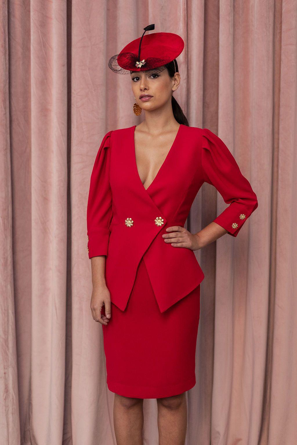 20fdfd8ef9c Vestido corto de crepe rojo con peplum y manga francesa con botones dorados  en forma de flor, combinado con pamela de ante roja