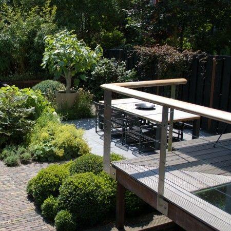 http://leemwonen.nl/exterieur-i-buitenkijken-2-stadstuin-bij-stadsvilla-van-remy-meijers/ #garden #tuin #outdoor #buiten #stadstuin @Biesotbv #tuinontwerp #design #green #plants #terrace #terras #groen