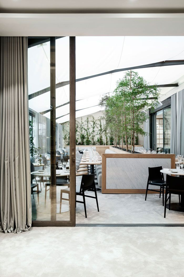A sophisticated interior evoking a strong connection with nature. Sfera,  Edificios, Restaurantes, 7bd5c271367b