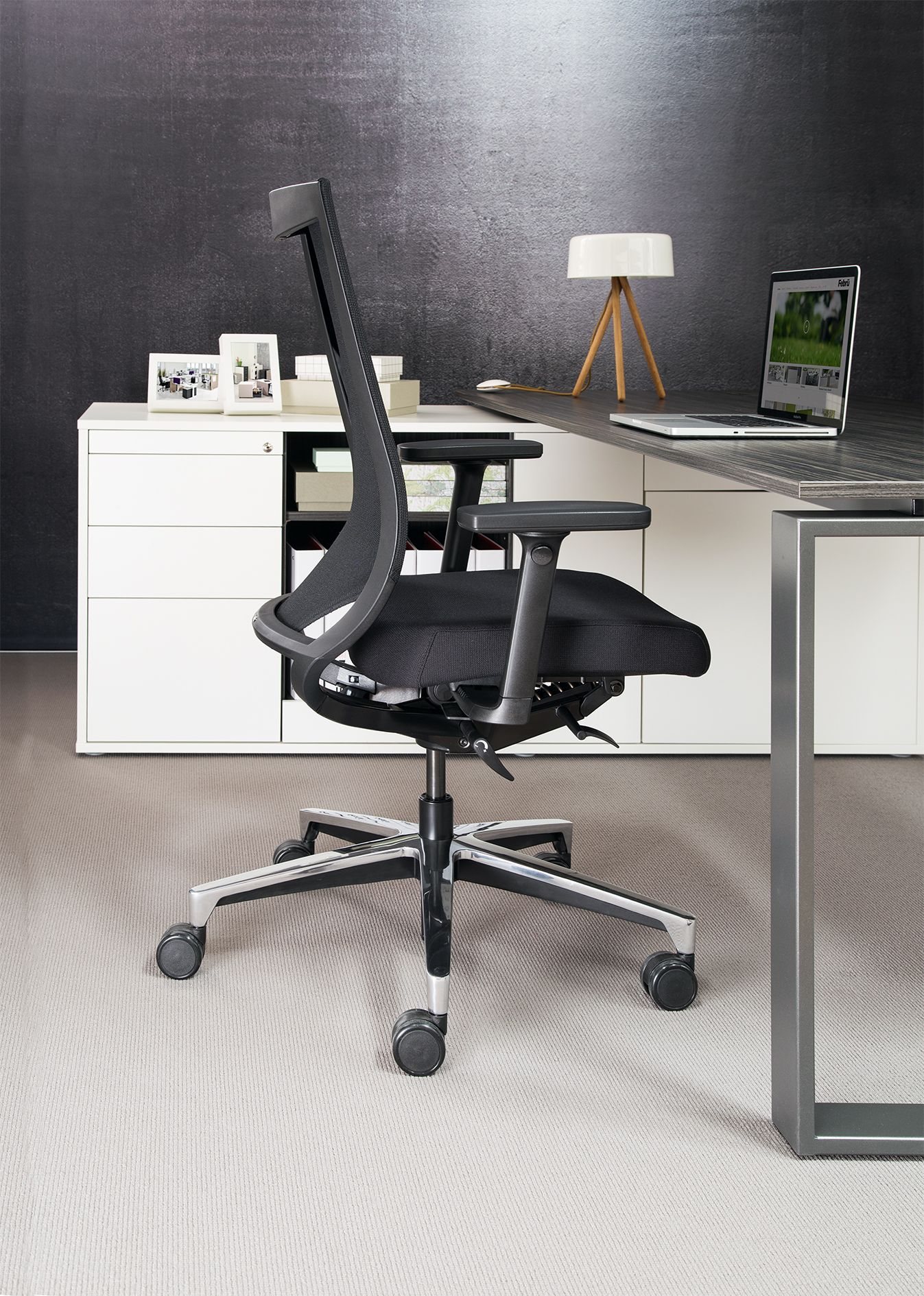 Der ergonomische Bürodrehstuhl Febrü One lässt genügend ...