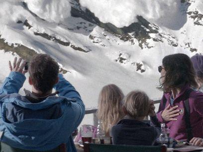 Fuerza mayor. La familia observa la montaña sin saber lo que se les viene encima