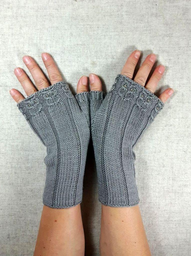 fingerlose handschuhe taupe mit kleinen eulen mit perlen reine bio wolle merino handgestrickt. Black Bedroom Furniture Sets. Home Design Ideas