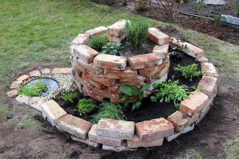 Un Circolo Di Mattoni A Vista Che Chiude Il Vaso Cilinfrico Delle Ninfee Bambuu Garten Krautergarten Design Steingarten Design