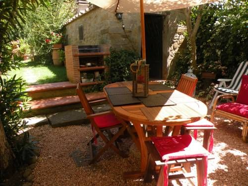 La Mansarda del Sodo Cortona Set in Cortona, this air-conditioned apartment features free WiFi. The unit is 39 km from Perugia.  There is a dining area and a kitchen. Towels and bed linen are available in this self-catering accommodation.