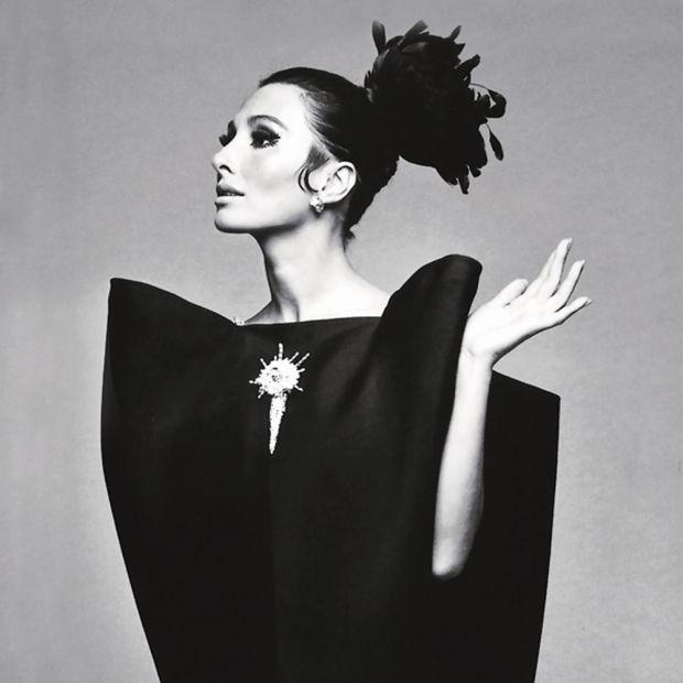 """""""Una mujer no tiene necesidad de ser perfecta ni bella para llevar mis vestidos, el vestido lo hará por ellas"""". Cristóbal Balenciaga"""