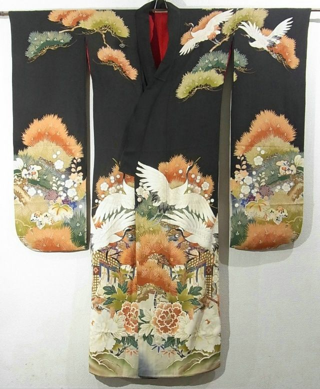 This is a vintage Furisode with gorgeous auspicious pattern, which is dyed. Royal cart, cranes, Matsu (pine tree) and 'botan'(peony) are dyed elegantly. Fine embroidery work is added on parts of the pattern. Textile is silk, and it has soft touch. Collar is bachi-eri(folded collar). It has five kamon(family crest) dyed out.  (Front).