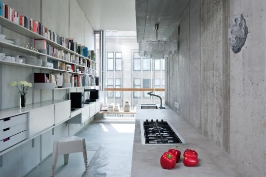 Beton und paprika die küche der wohnung des architekten arno brandlhuber in der berliner brunnenstraße