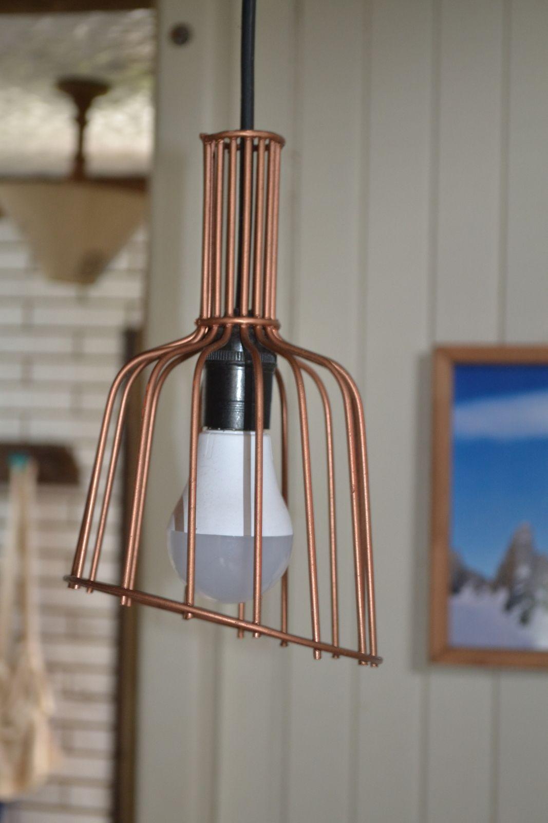 Saiba como fazer uma luminária super moderna com colhedores de frutas.