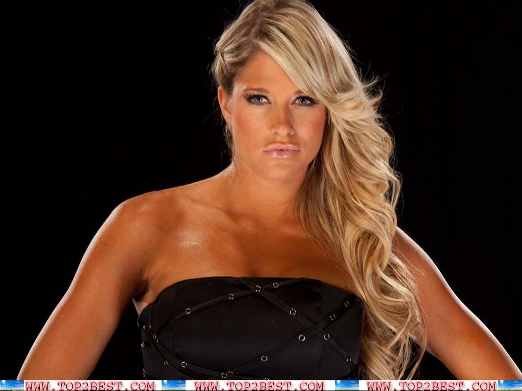 Wwe diva kelly kelly oops apologise, but