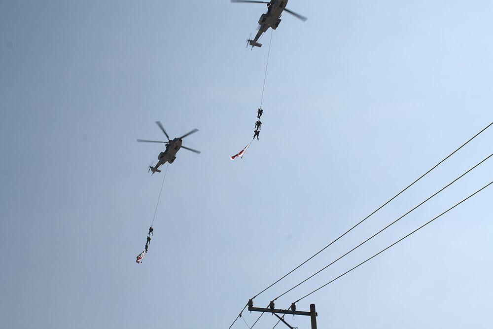 Efectivos y helicópteros del Ejército Mexicano surcaron el cielo de #Cuautla durante el desfile.