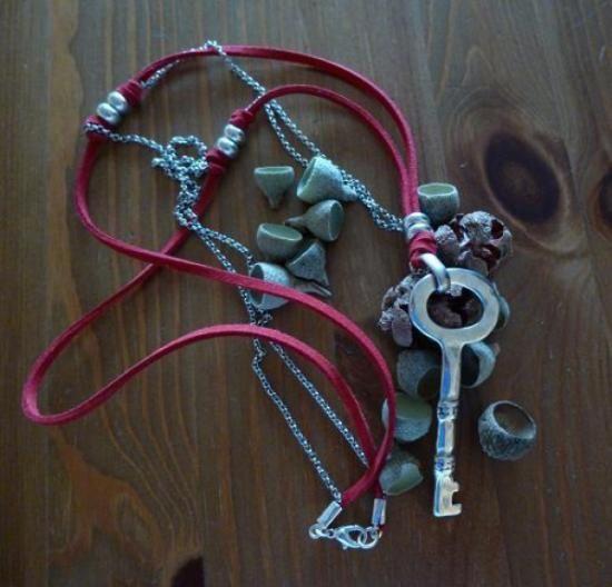 colgante llave  cadena,antelina,zamak artesanal