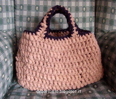 borsa fatta con fettuccia ricavata da una coperta di pile, lavorata all'uncinetto