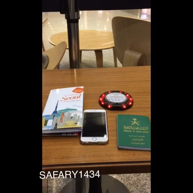 تصويري لانتظار قهوتي في مطار سؤول في كوريا Pad Electronic Products Charger Pad